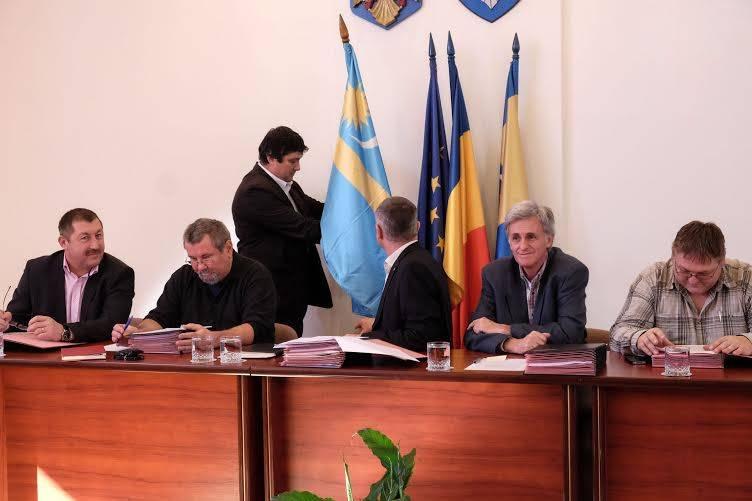 Jogerős döntés: a székely, a magyar és a megyezászlót el kell távolítani Kovászna megye önkormányzatának tanácsterméből