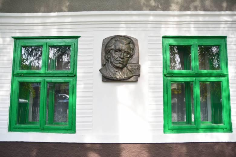 Felavatták Sütő András felújított pusztakamarási szülőházát