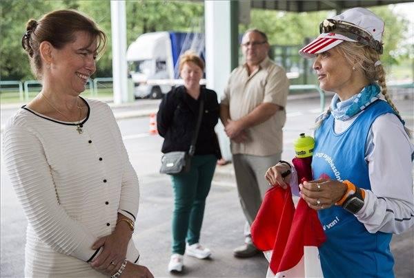 Herczegh Anita fogadta a határnál az adománygyűjtő futókat