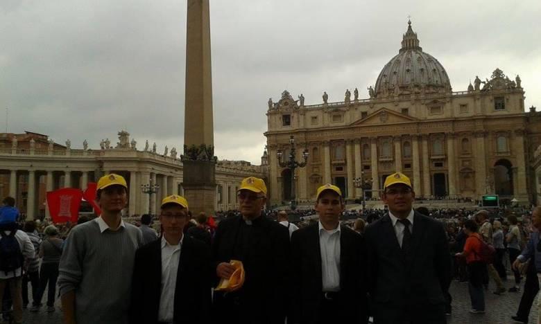 Csíkiak a pápai audiencián: átadták a kézzel írt Bibliát