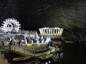 Menteni kellett a látogatókat a tordai sóbányában