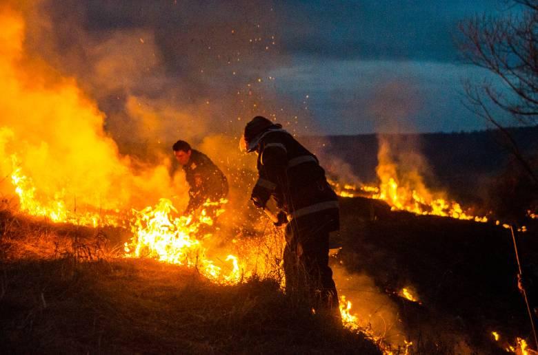 Farm közelében égett a száraz növényzet Székelyudvarhelyen
