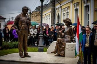 Szemet szúrt a magyar zászló a nagykárolyi szoboravatón
