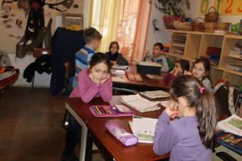 Személyre szabott angyalok: a szeretet ünnepéről, a várakozásról meséltek a kolozsvári Apáczai-iskola elsősei