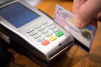 Haladnának a korral: előbb-utóbb bankkártyával fizethetünk a lottózókban is