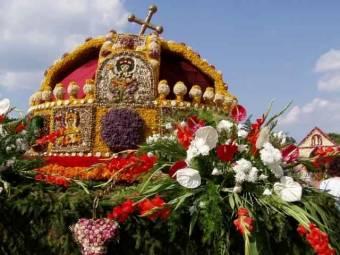 Szent Lászlót megjelenítő virágkocsival köszönti Debrecen városa Ferenc pápát Csíksomlyón