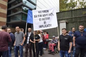 Tüntettek a fogyatékkal élők – 2000 munkahely szűnhet meg egy kormányrendelet miatt