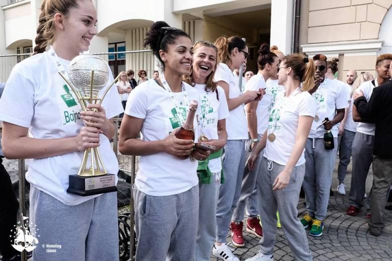 Több százan ünnepelték Sepsiszentgyörgyön a bajnoki címvédő női kosarasokat