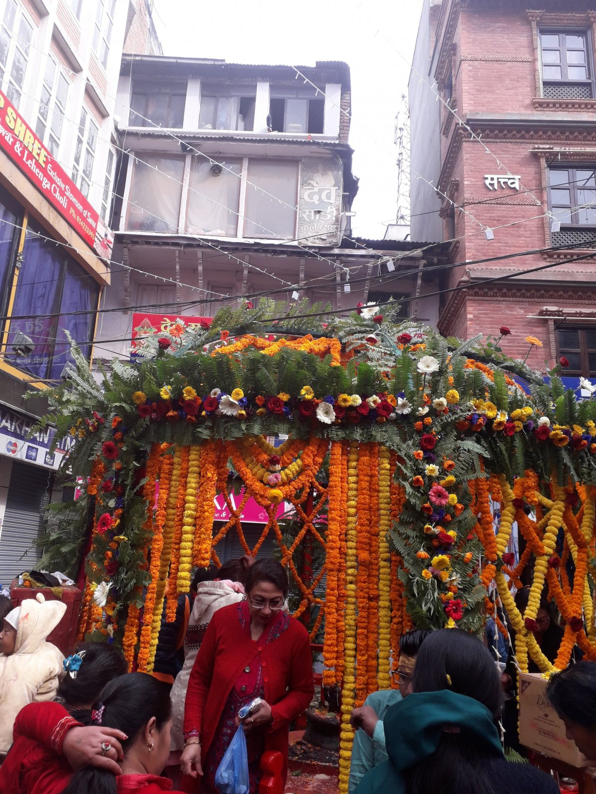 Rengeteg virággal díszítették fel a várost Siva isten ünnepén Katmanduban •  Fotó: Kiss Judit