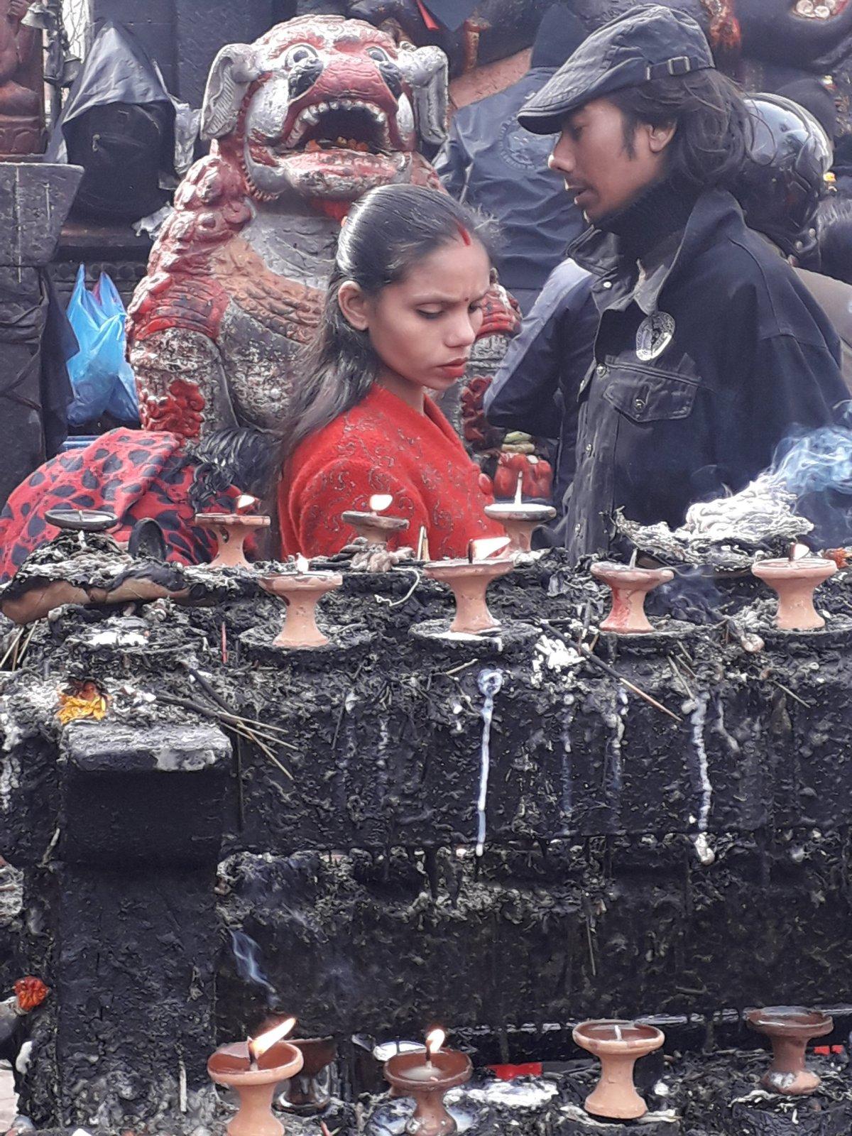 Siva isten ünnepén Katmanduban. Mindenhol égtek a gyertyák február 14-én •  Fotó: Kiss Judit
