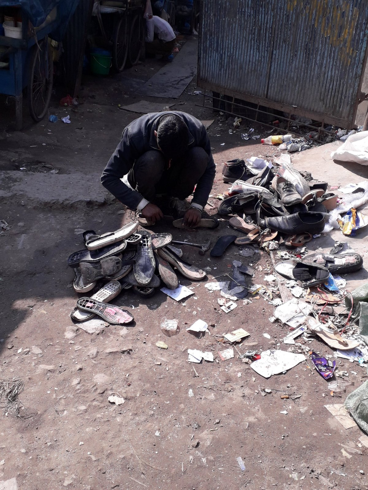 Cipőjavítás az utcán Katmandu külvárosában •  Fotó: Kiss Judit