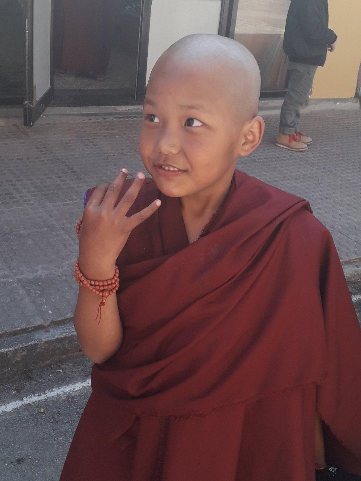 """""""Nagyon szeretek itt lakni"""" – mondta a katmandui Kopan buddhista kolostor ifjú lakója, a kilencéves kisfiú •  Fotó: Kiss Judit"""