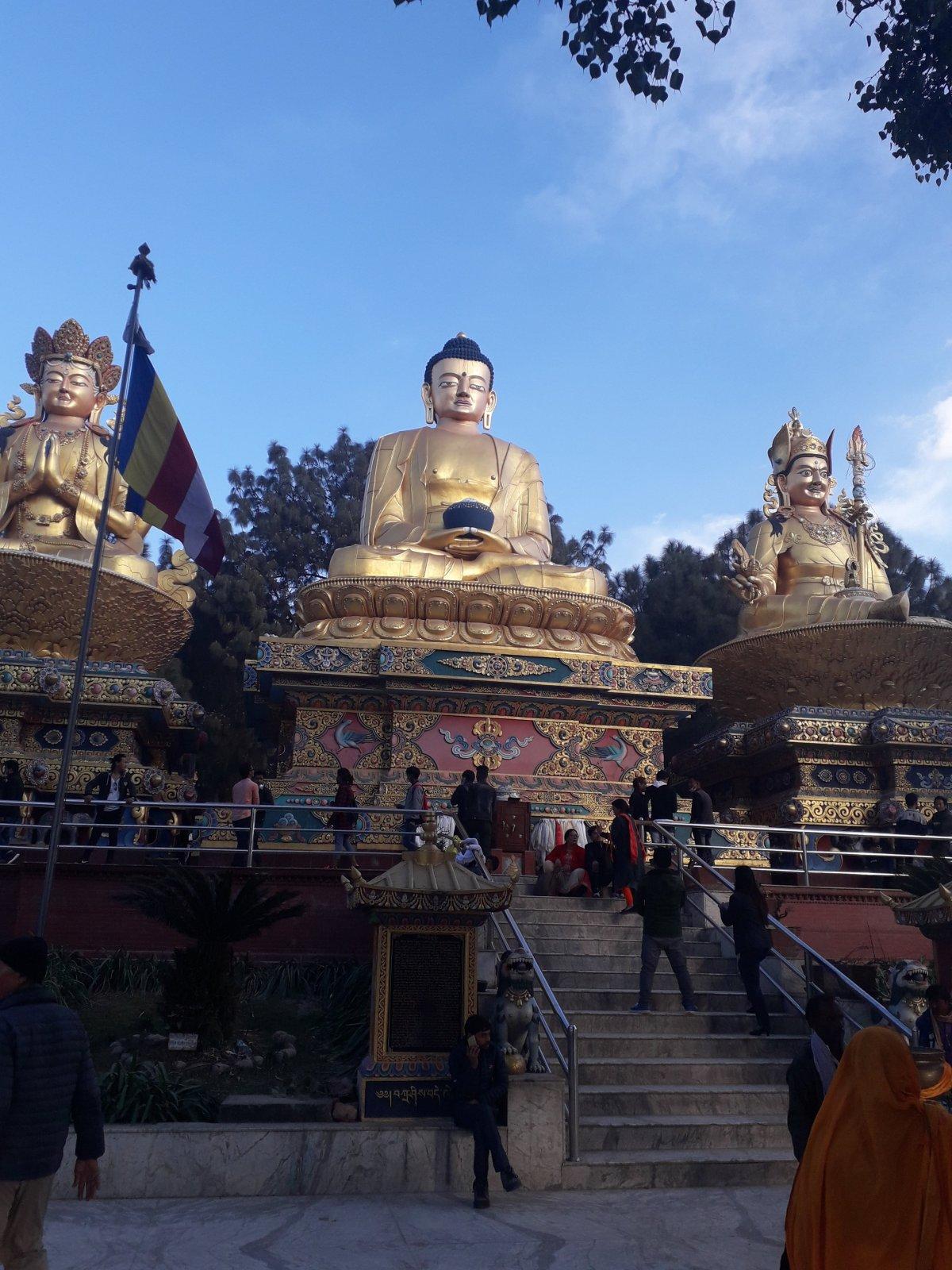 A hinduk és buddhisták is szent zarándokhelynek tartják a Swayambhunath sztúpát, a domboldalon állandóan óriási a forgalom •  Fotó: Kiss Judit