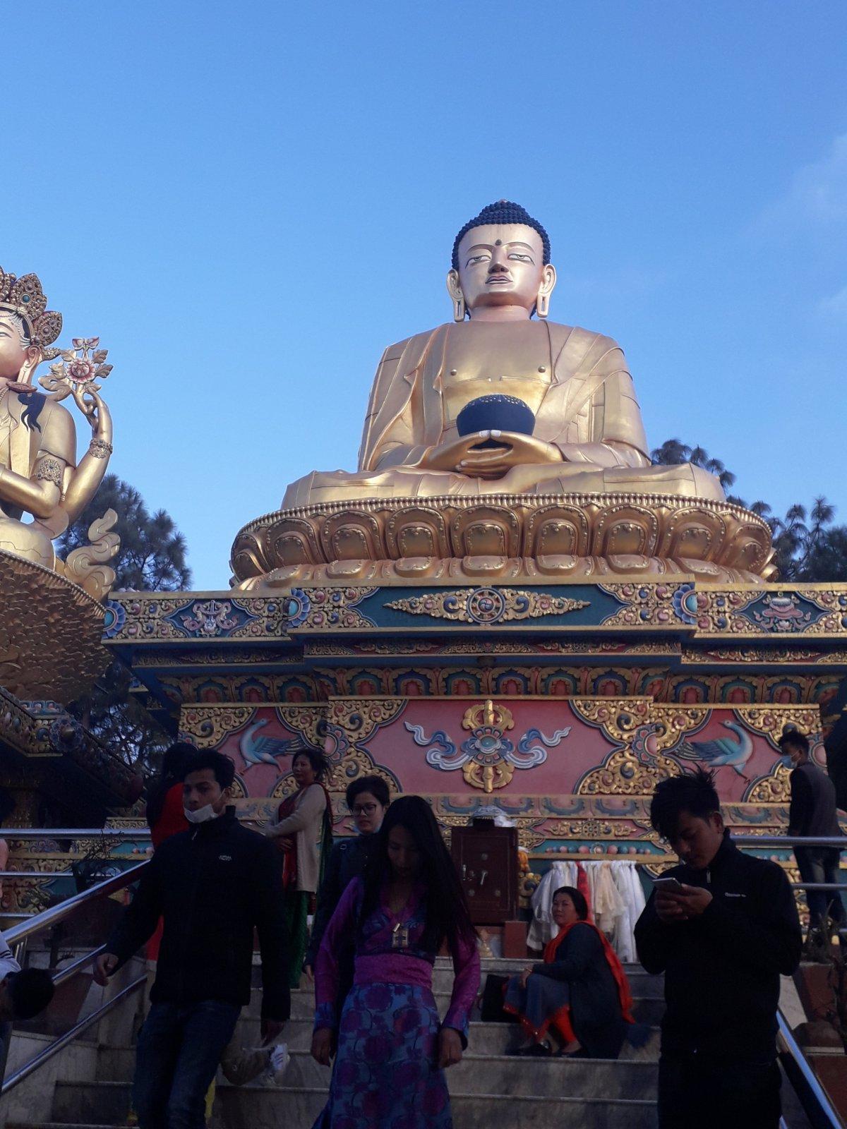 Óriási Buddha-szobor a Swayambhunath sztúpához vezető lépcsősor aljánál Katmanduban •  Fotó: Kiss Judit
