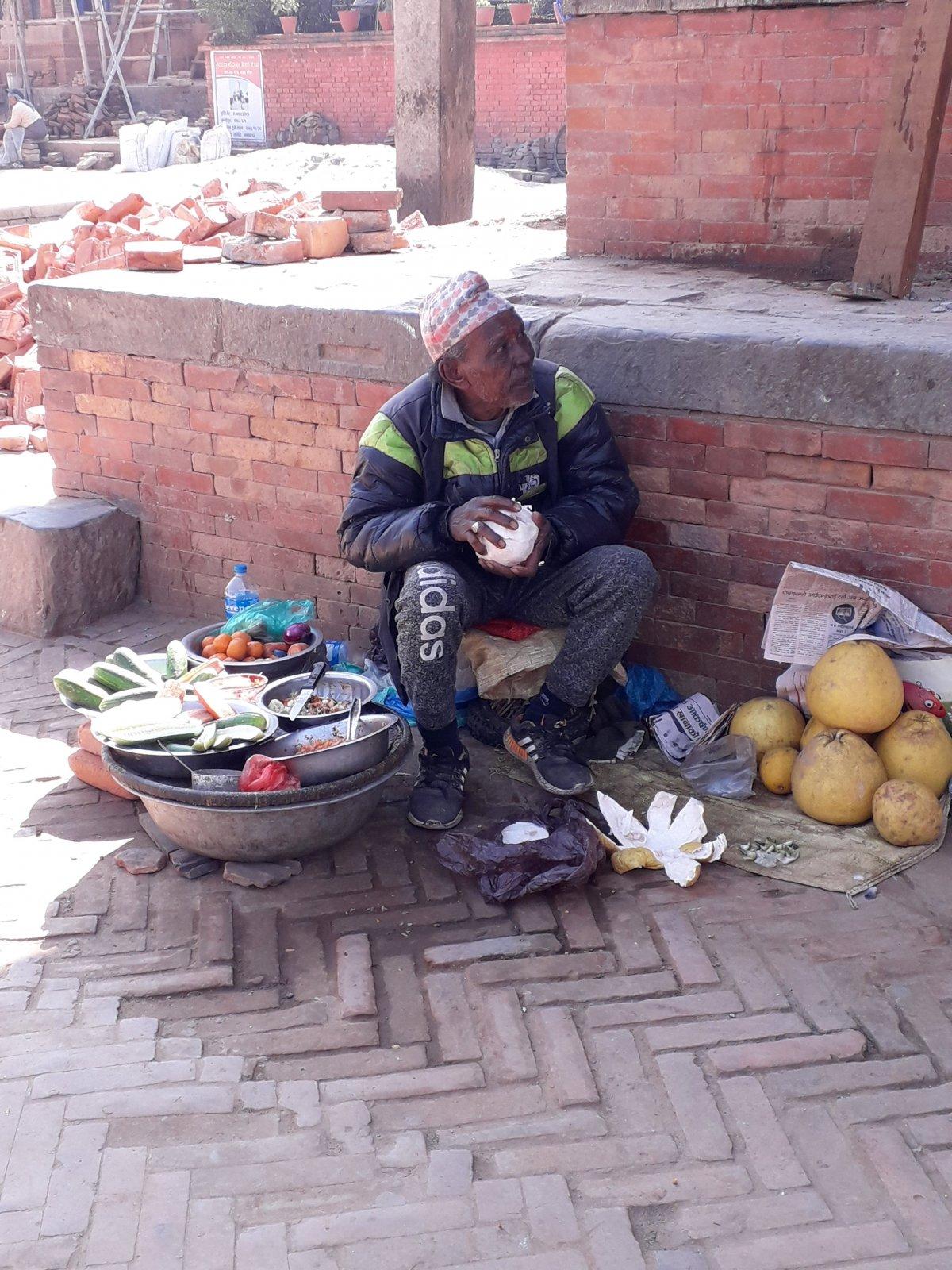 Utcai árus Bakhtapurban •  Fotó: Kiss Judit