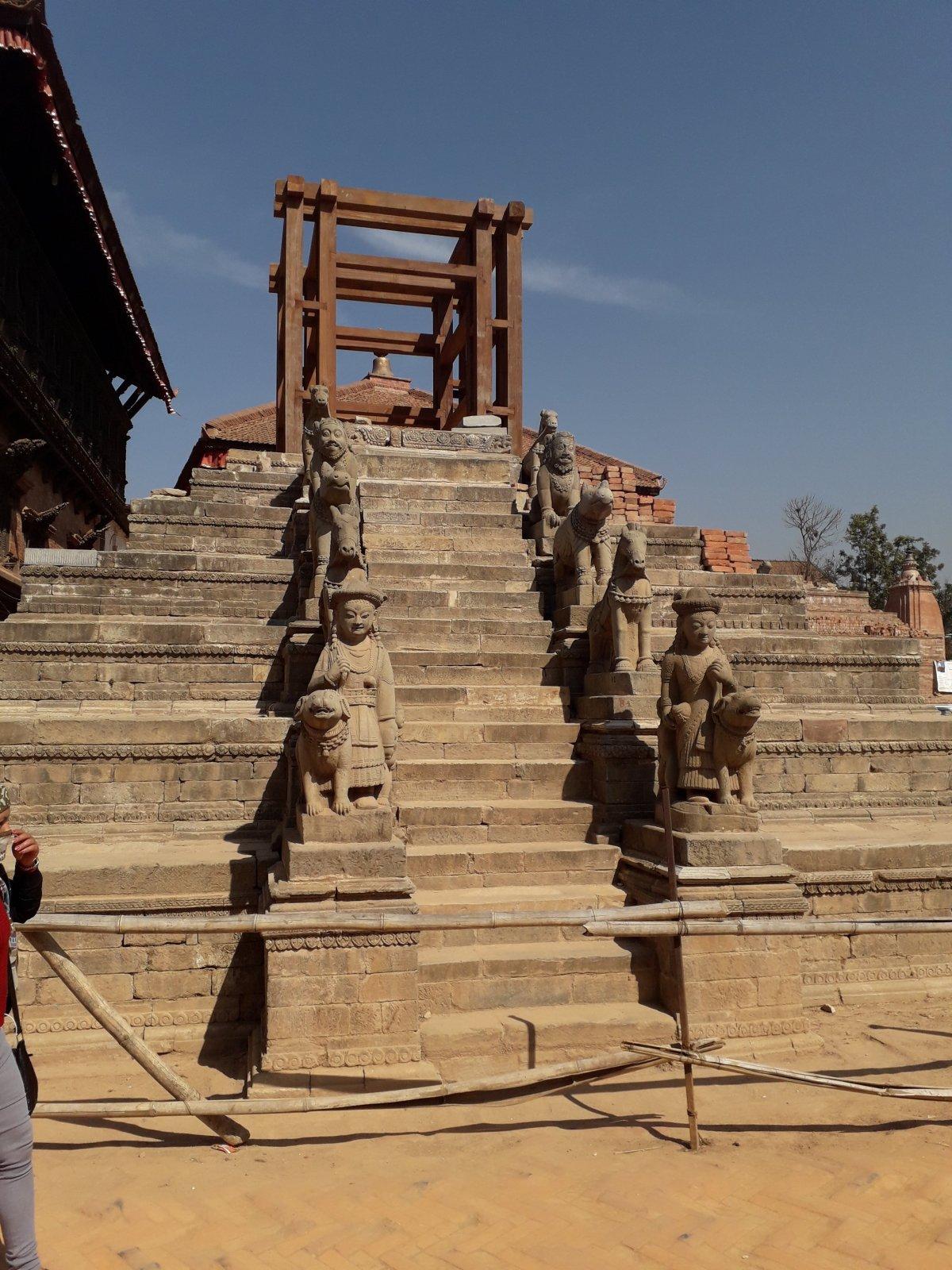 Csak a lépcső maradt épen, a földrengés elpusztította a tetején álló épületet •  Fotó: Kiss Judit