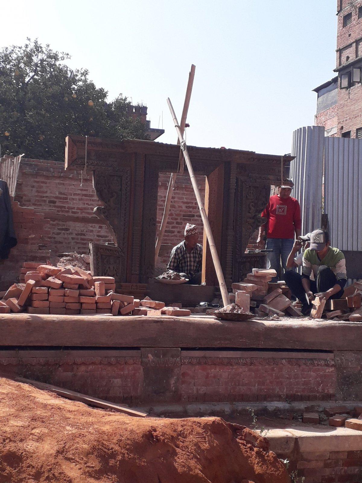 Itt-ott dolgozgatnak, hogy lassan helyrehozzák a három évvel ezelőtti katasztrófa által megrongált patinás épületeket •  Fotó: Kiss Judit