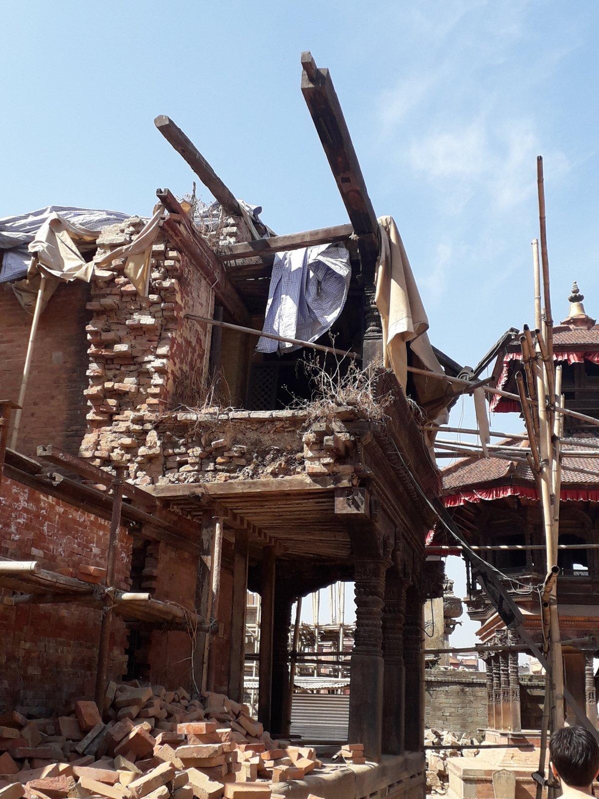 A 2015-ös, 7,9-es erősségű földrengés okozta károk Bakhtapurban •  Fotó: Kiss Judit