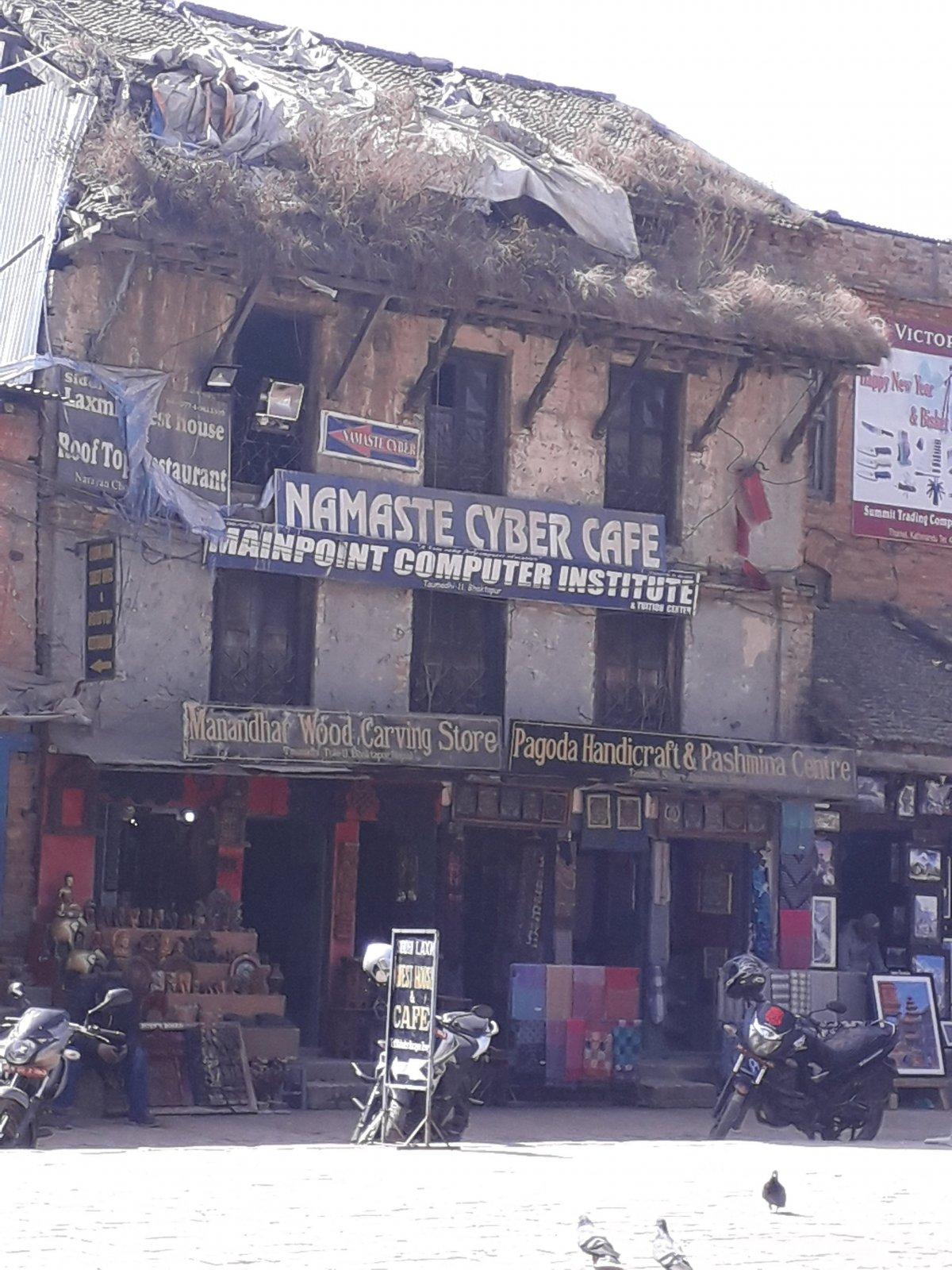 Számítógépközpont – hirdeti a felirat a romos épületen Bakhtapurban •  Fotó: Kiss Judit
