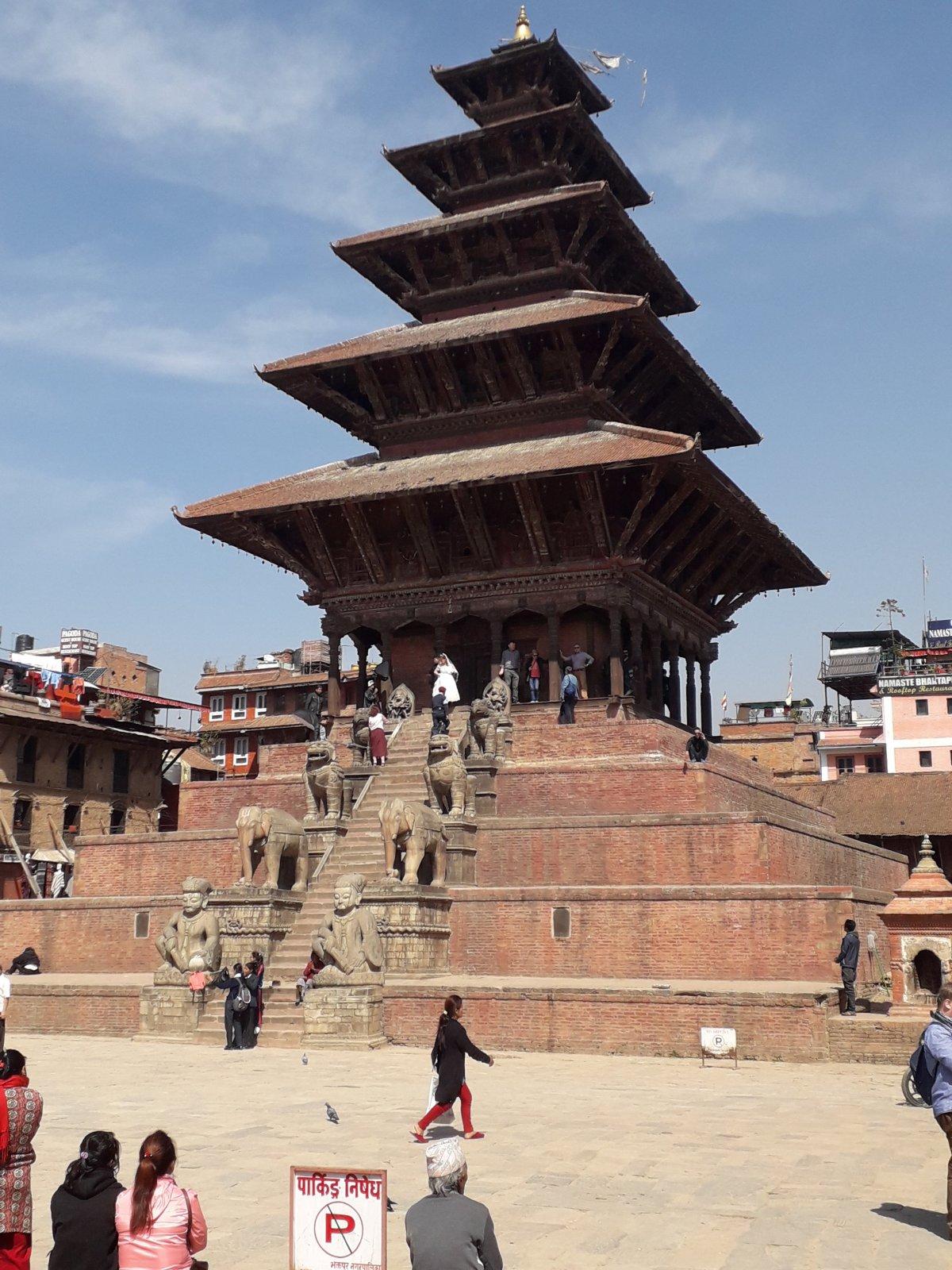 Bhaktapur egyik palotatemploma, ahol éppen esküvő zajlott •  Fotó: Kiss Judit
