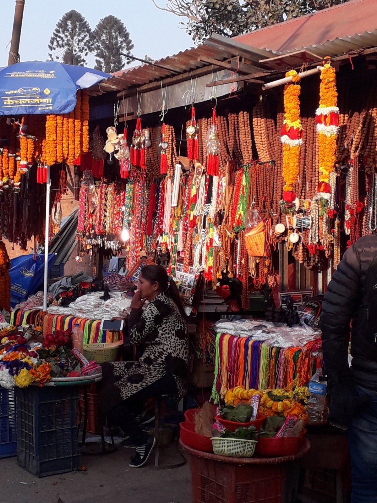 Vallási rituálék során használt kellékeket árulnak Katmanduban •  Fotó: Kiss Judit