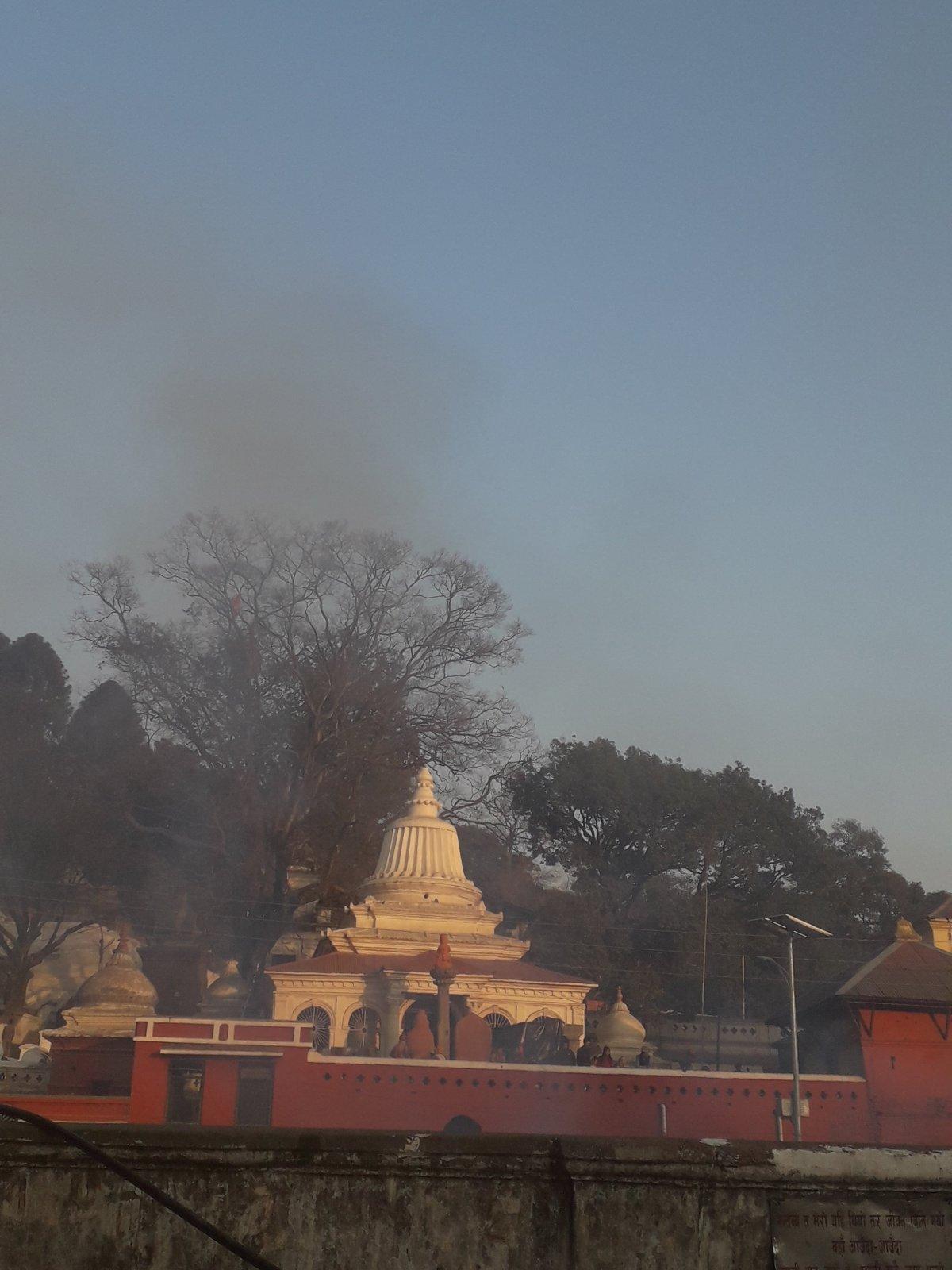 Füst száll fel a katmandui Pashipatinath zarándokhelynél, a halottégetések helyszínén •  Fotó: Kiss Judit