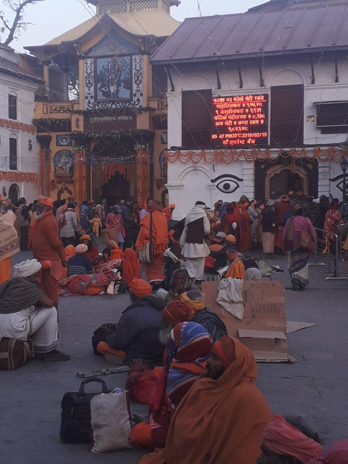 Hindu templom bejárata a Pashupatinath templomegyüttesnél •  Fotó: Kiss Judit