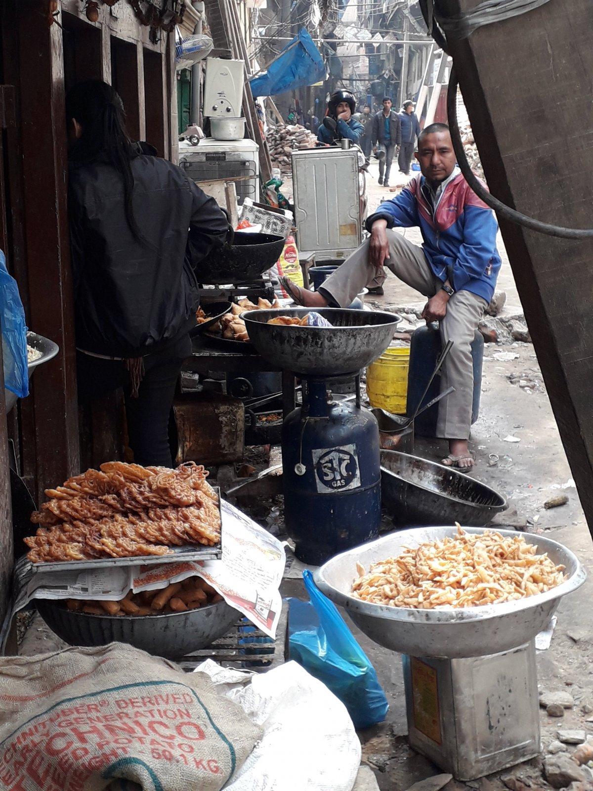 Hatalmas edényekben olajban sütik az utcán a hagyományos süteményeket •  Fotó: Kiss Judit