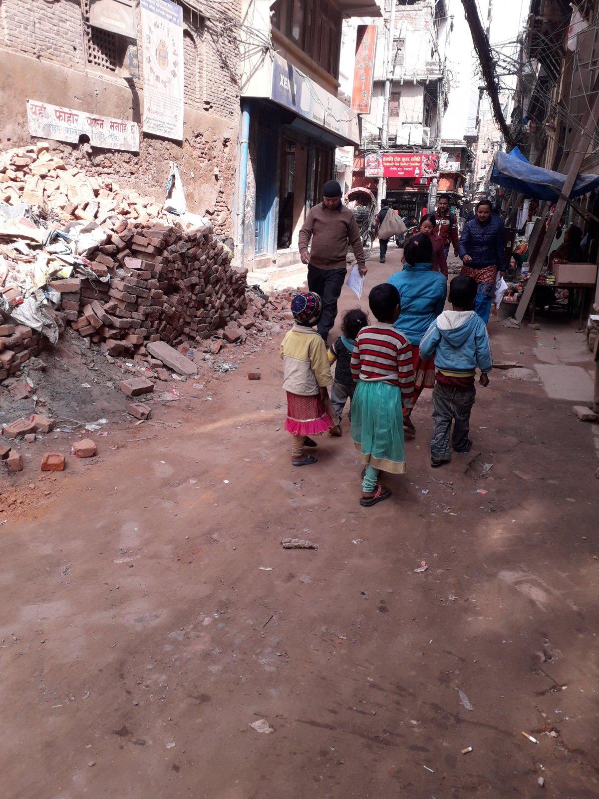 Katmanduban sok helyen látható, hogy a 2015-ös áprilisi földrengés nyomait még nem sikerült helyrehozni és eltakarítani •  Fotó: Kiss Judit