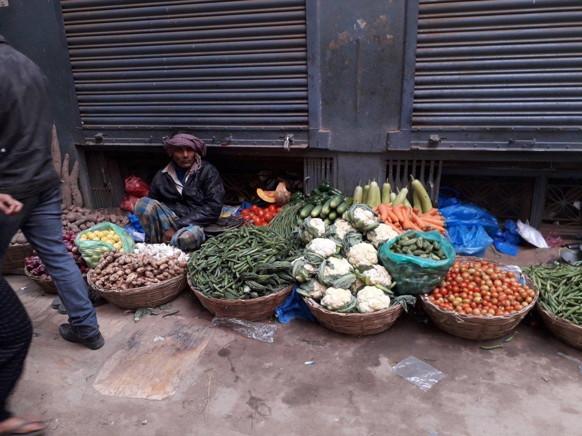 Zöldség- és gyümölcskínálat a katmandui utcán •  Fotó: Kiss Judit