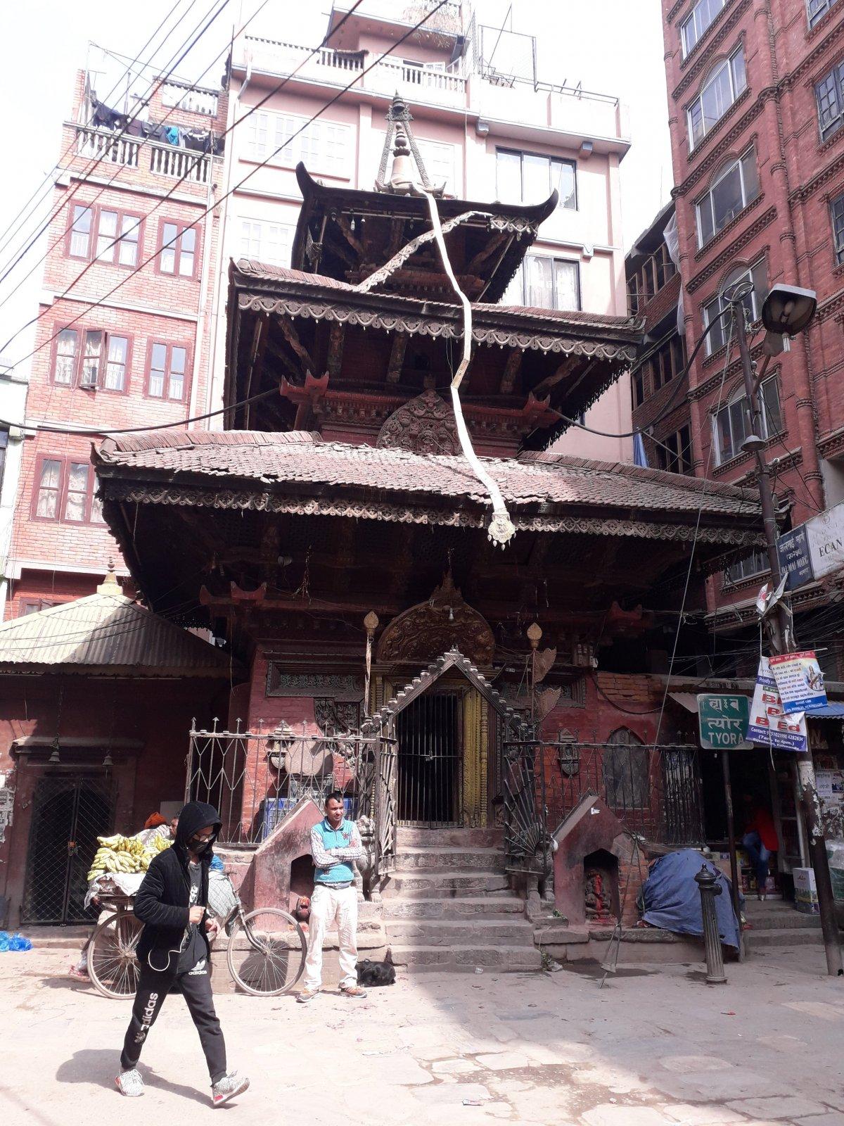 Palotatemplom, a bejárat két oldalánál kis szentélyek az óvárosban •  Fotó: Kiss Judit