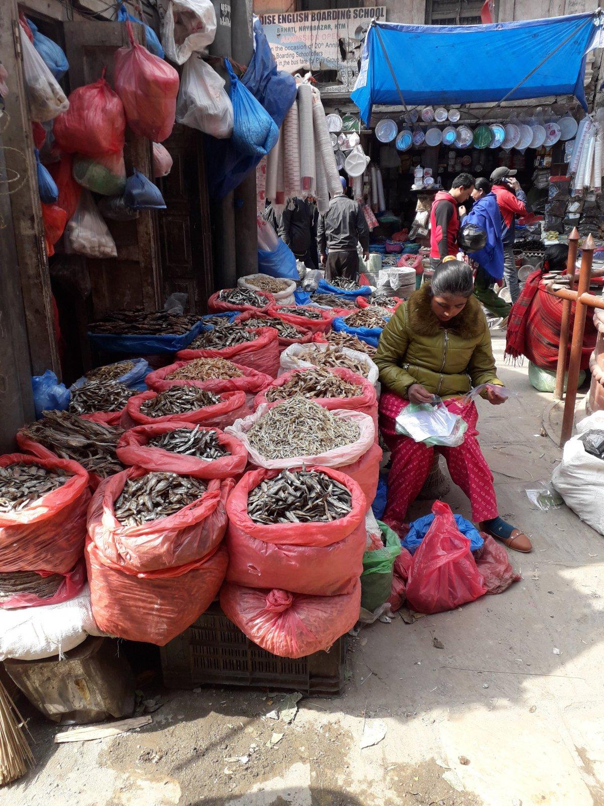 Szárított halakat is árulnak óriási zsákokban Katmanduban •  Fotó: Kiss Judit