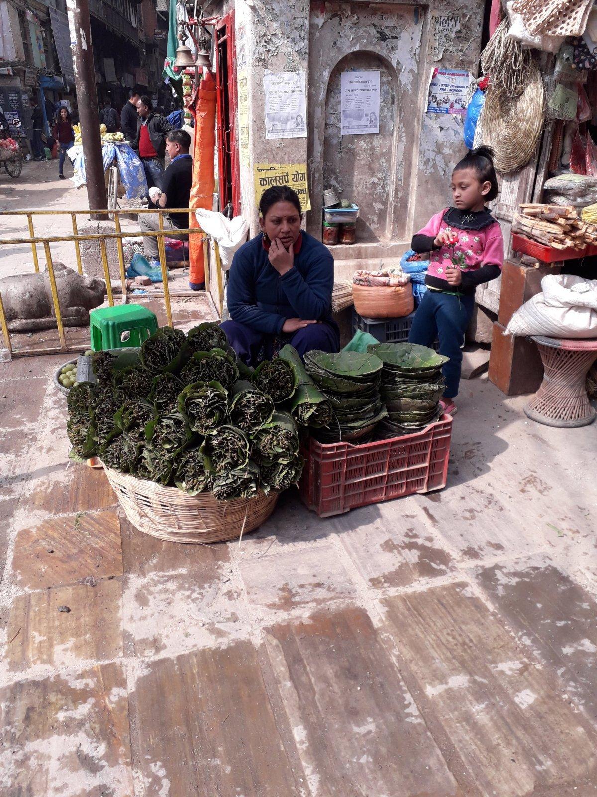 Árusok Katmandu óvárosában– sokszor nem lehet megállapítani, mit is kínálnak •  Fotó: Kiss Judit