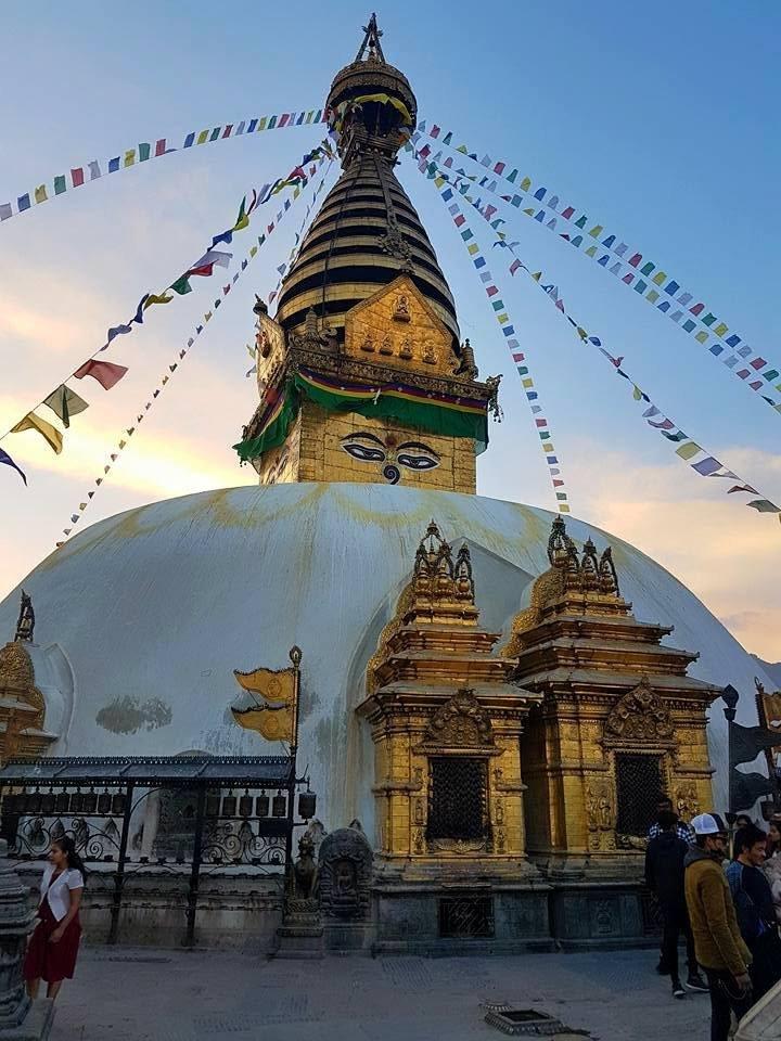 Katmandu egyik legnépszerűbb buddhista zarándokhelye a Swayambhunath sztúpa, amelyet majmok templomának is neveznek •  Fotó: Kiss Judit