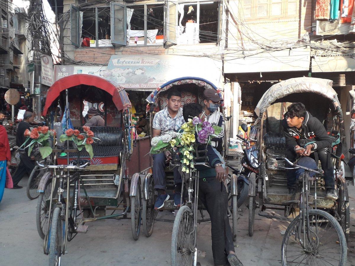 Bár korántsem olyan gyakori a riksa Katmanduban, mint Indiában, azért itt is előfordul jó pár biciklis jármű •  Fotó: Kiss Judit