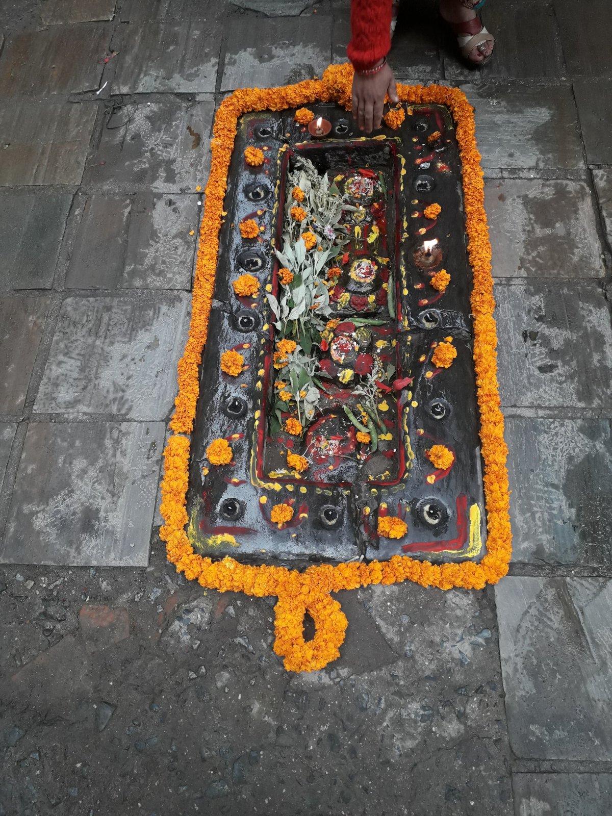 Szinte öt-tíz lépésenként lehet kis hindu szentélyeket látni Katmandu központjában •  Fotó: Kiss Judit