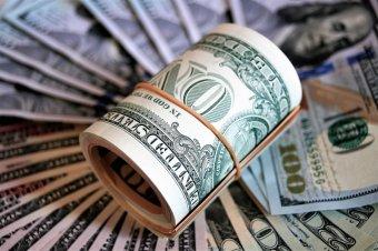Fellángolt a bizonytalanság: erősödik az arany és a dollár