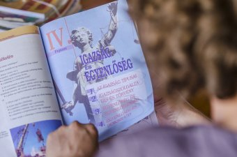 Dugába dőlt állami tankönyvkiadás – szakértők a magánkiadóknak szóló licit meghirdetését javasolják