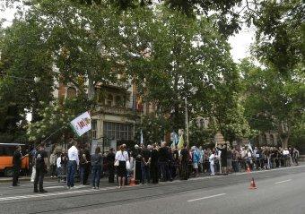 Románia budapesti nagykövetsége előtt tüntettek Bekéék szabadon bocsátásáért