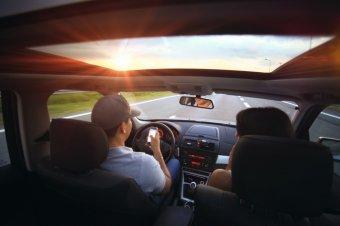 Életekkel játszik, aki vezetés közben mobilozik – vészesen terjed a balesetveszélyes telefonhasználat
