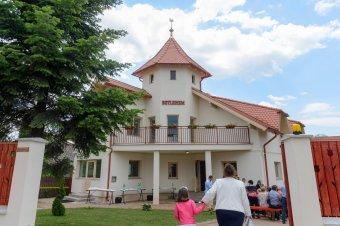 """""""Szivárványház"""" nyílt Brassóban, ima- és szeretetotthonaként működik"""