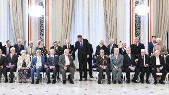 A börtönben is megmaradtak embernek – erdélyi magyar ötvenhatosokat is kitüntetett Klaus Johannis államfő