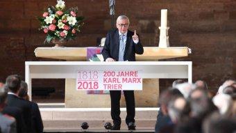 Elverik a port a kommunizmus áldozatai a Marxot mentegető Jean-Claude Junckeren