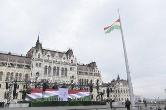 Felvonták a nemzeti lobogót a budapesti Országház előtt