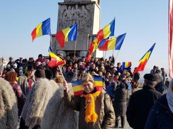Trikolór, kokárda, szelfi: románok tízezrei ünneplik Gyulafehérváron az egyesülés centenáriumát