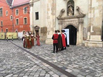 Múltfeltárás az óvári ferences kolostorban – iskolájuk első épületét fogadták örökbe a kolozsvári unitárius kollégium diákjai