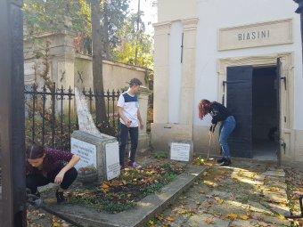 Kegyeleti diákmunka a Házsongárdban: jeles magyar személyiségek sírját gondozzák a középiskolások a kolozsvári pantheonban