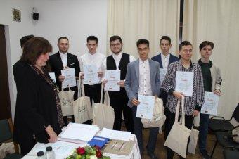 """""""Hitet adni a jövőnek"""" – díjazták a Házsongárdi temető sírjait önkéntesen gondozó kolozsvári diákokat"""