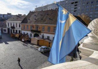 Román centenárium – székely zászlót helyeztek ki az óbudai közintézményekre