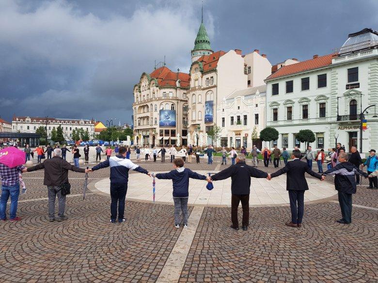 Élőlánccal követelték Szent László szobrát – magyar–magyar összefogást sürgetnek Nagyváradon a kezdeményezés támogatói